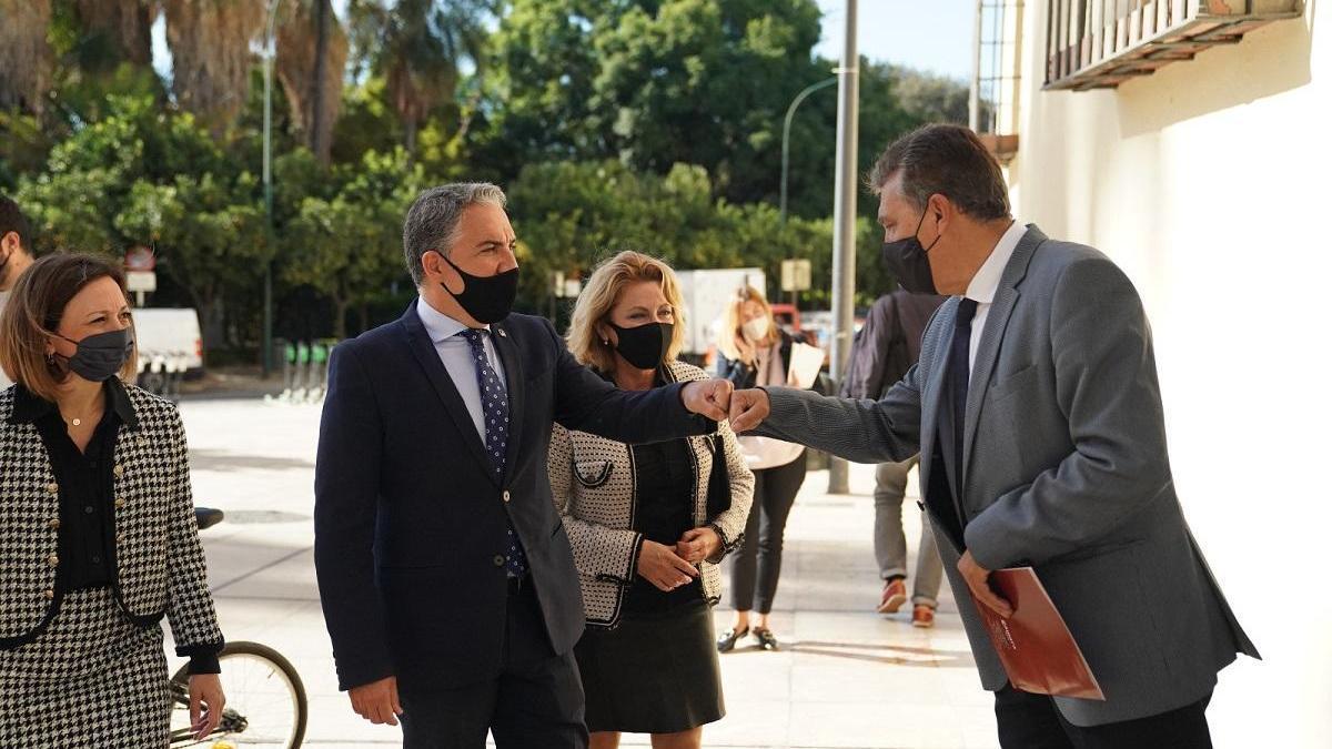 Bendodo saluda a Sergio Cuberos a su llegada a la sede de la Cámara de Comercio de Málaga.