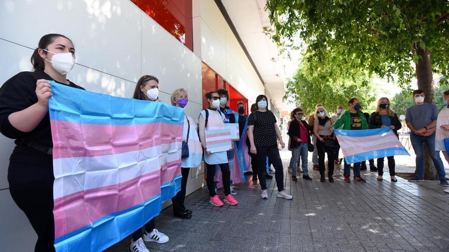 El colectivo Todes Transformando se concentra frente a la sede del PSOE de Córdoba para exigir la ley trans