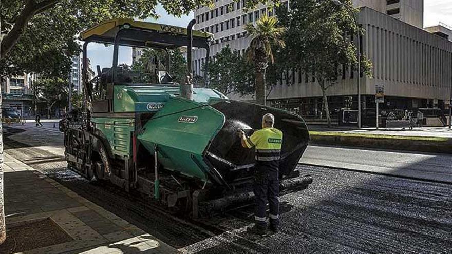 El Ayuntamiento aprovecha la reducción del tráfico para señalizar otros 900 metros de carril bus