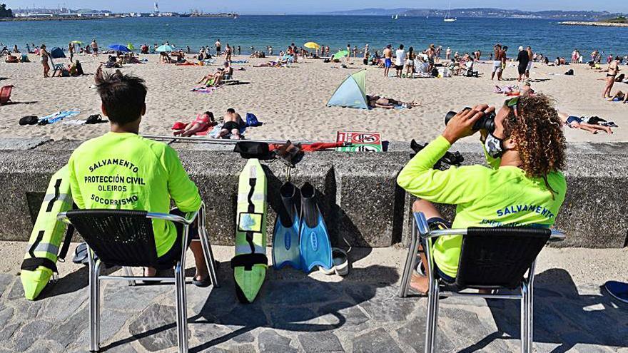 Arranca el servicio de socorrismo en las playas de Oleiros con un lleno en los arenales