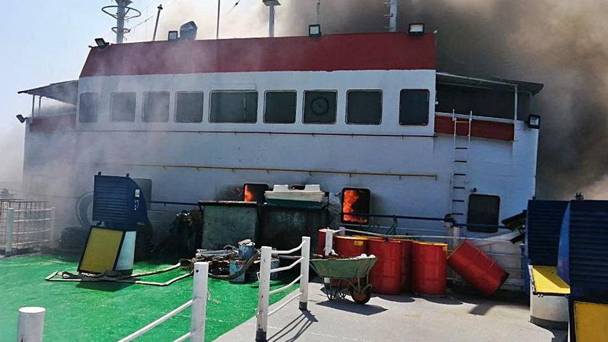 Un vaixell crema al port de Tarragona