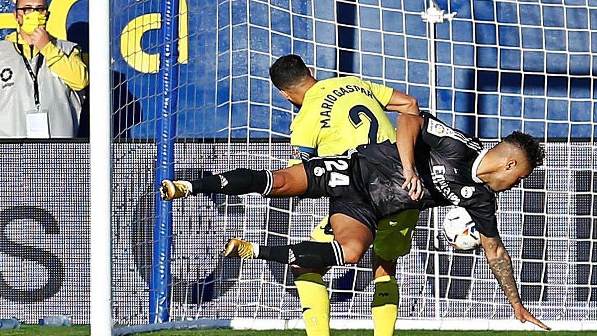 Mariano cabecea ante Gaspar para marcar el primer gol del Real Madrid. |  // EFE