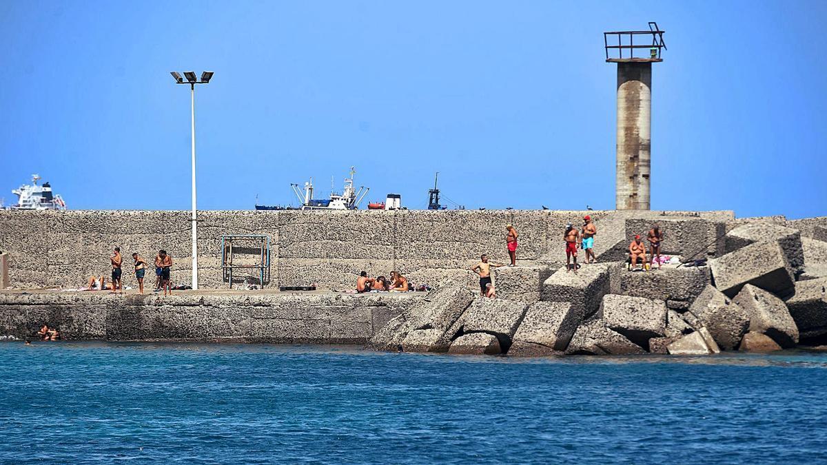 Bañistas en el muelle de San Cristóbal, en Las Palmas de Gran Canaria, el pasado verano | | JUAN CASTRO