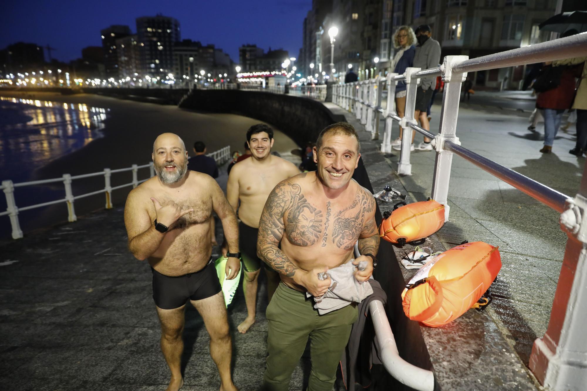 """El grupo de bañista """"Rampa 2"""" despide el verano con una travesía nocturna"""