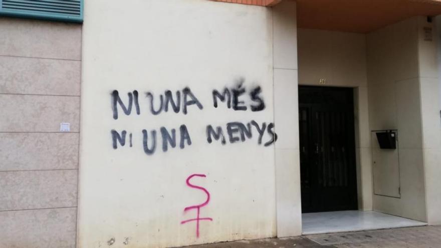 Pintadas contra la violencia machista en el domicilio del parricidio de Castellón