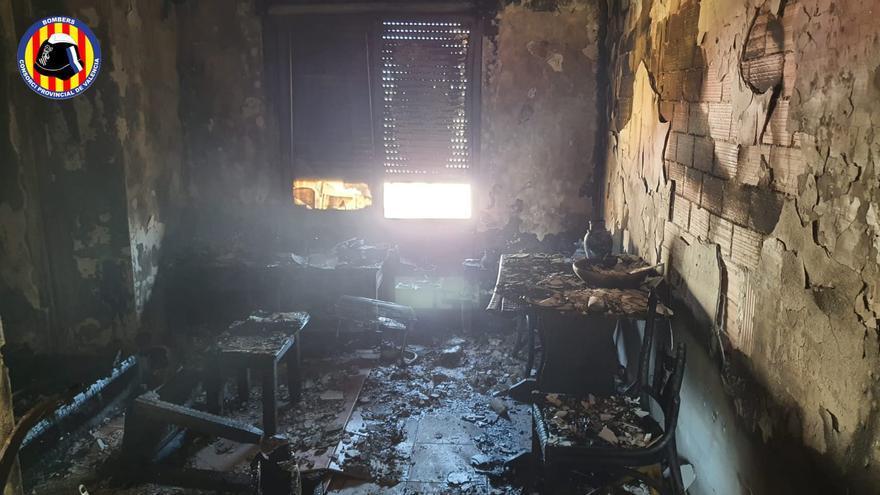 Así ha quedado la vivienda calcinada de un quinto piso en Gandia