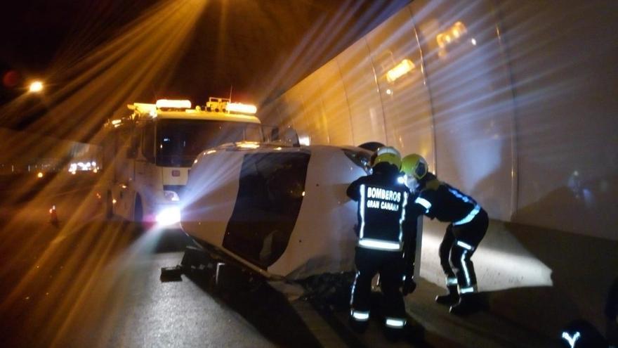 Un coche vuelca en el interior del túnel del Taurito