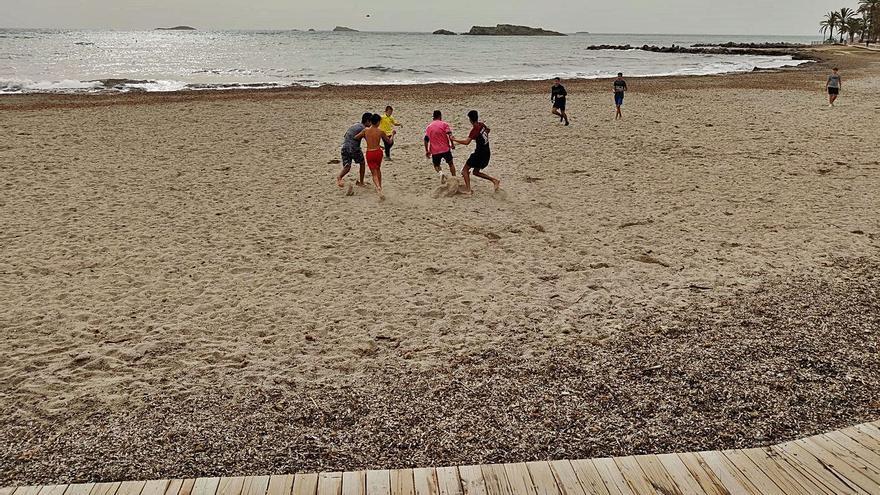 Una 'pachanga' en la playa de ses Figueretes