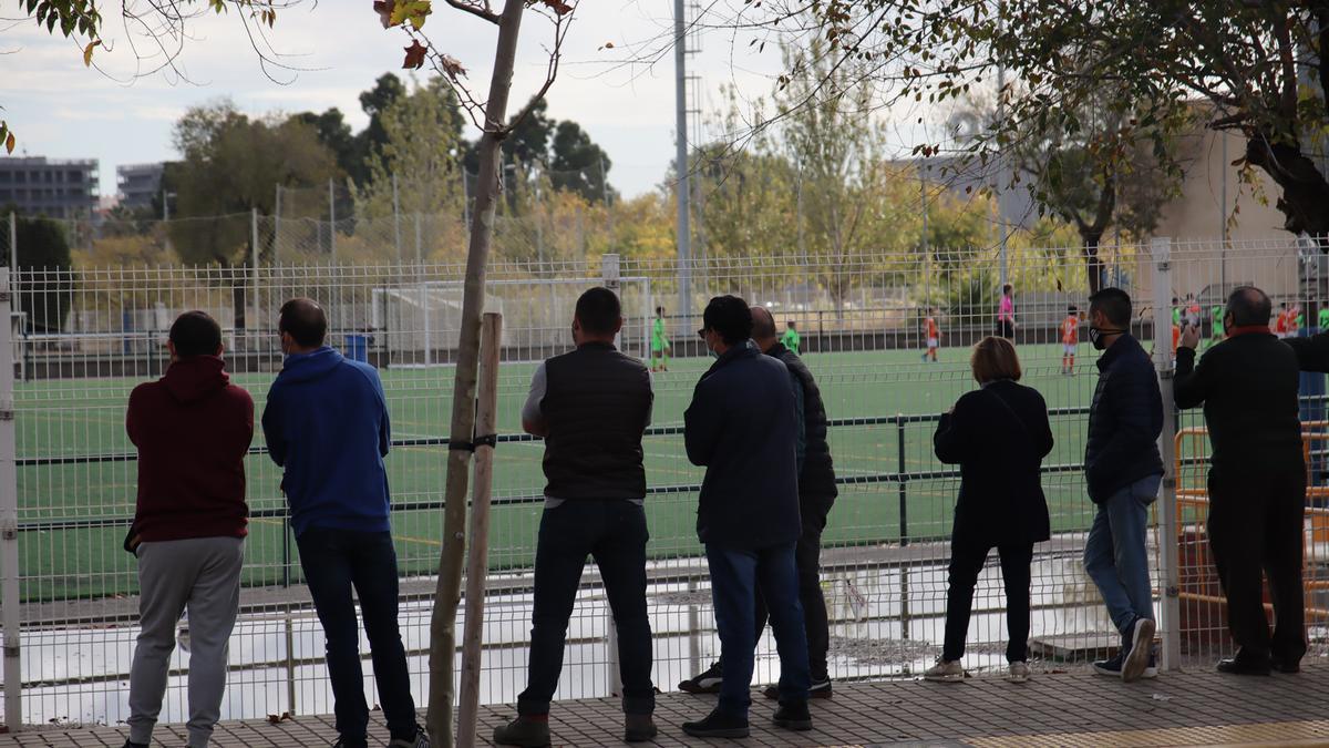Los padres y madres tendrán que seguir viendo los partidos desde la calle, salvo los que sean de menores de edad.