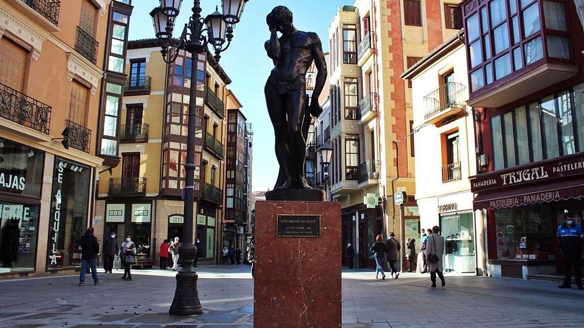 """""""Adán después del pecado"""", de Eduardo Barrón, en la plaza de Sagasta."""