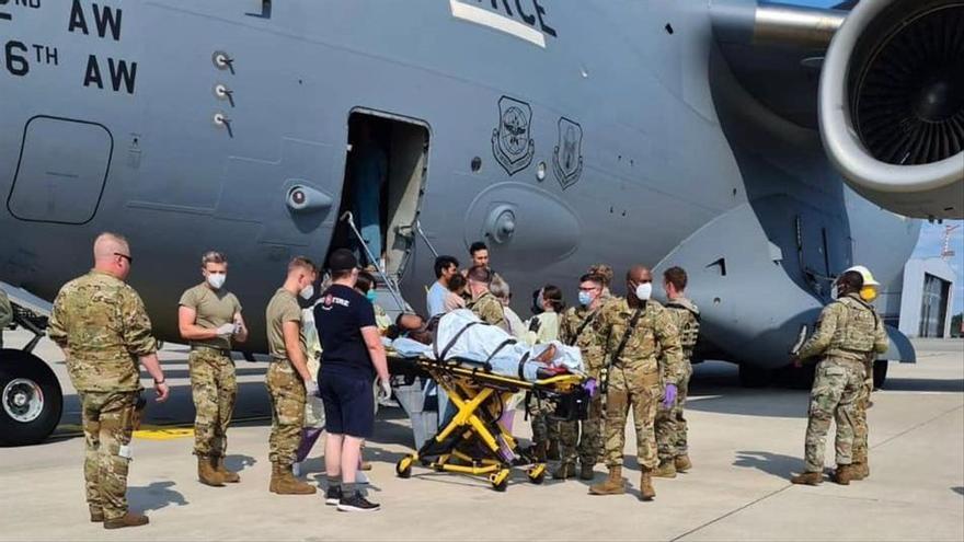 Una afganesa dona a llum en un avió d'evacuació dels Estats Units