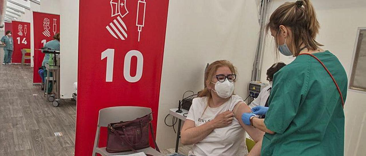 Vacunación de la primera dosis al personal docente en marzo.