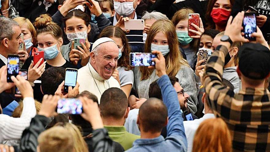 El papa Francisco y sus colaboradores, sin mascarilla pese a que su uso es obligatorio