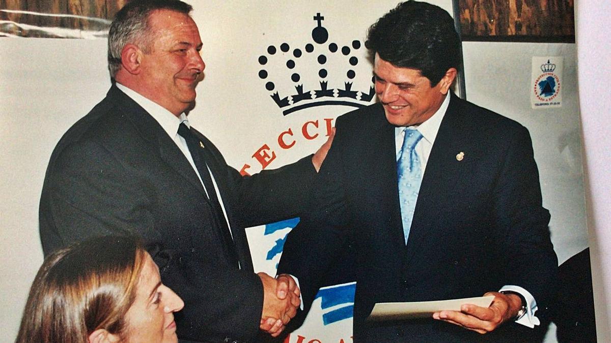 Manuel Somoza estrecha la mano del exministro Federico Trillo ante la mirada de Ana Pastor.