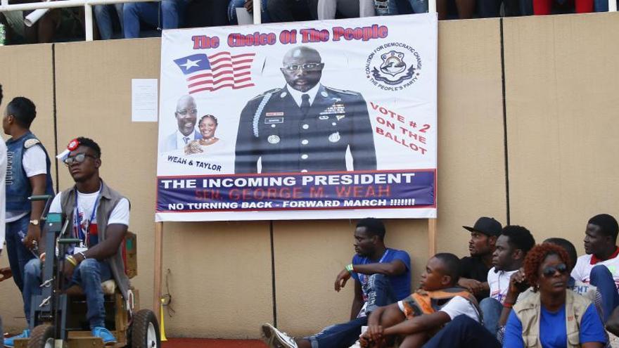 El exfutbolista Weah, favorito en las elecciones de Liberia