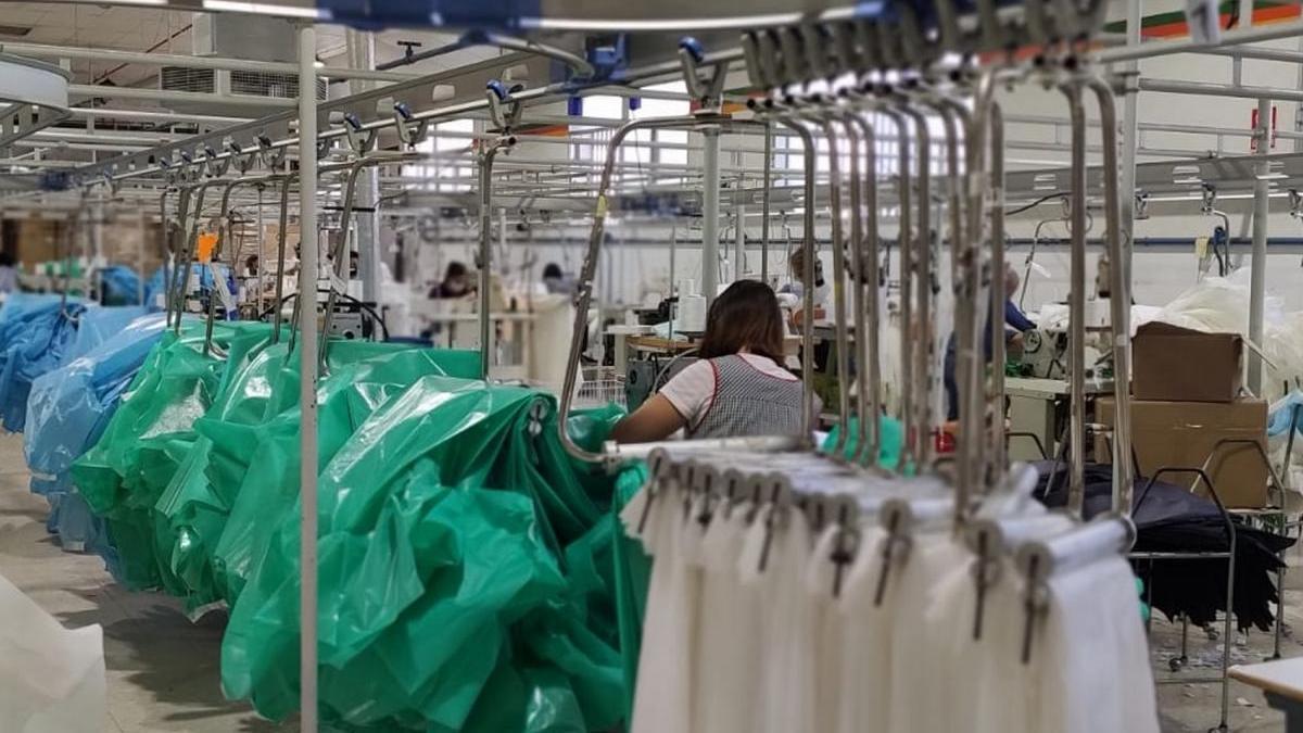Las prendas sanitarias dan vida al sector de la confección de Priego