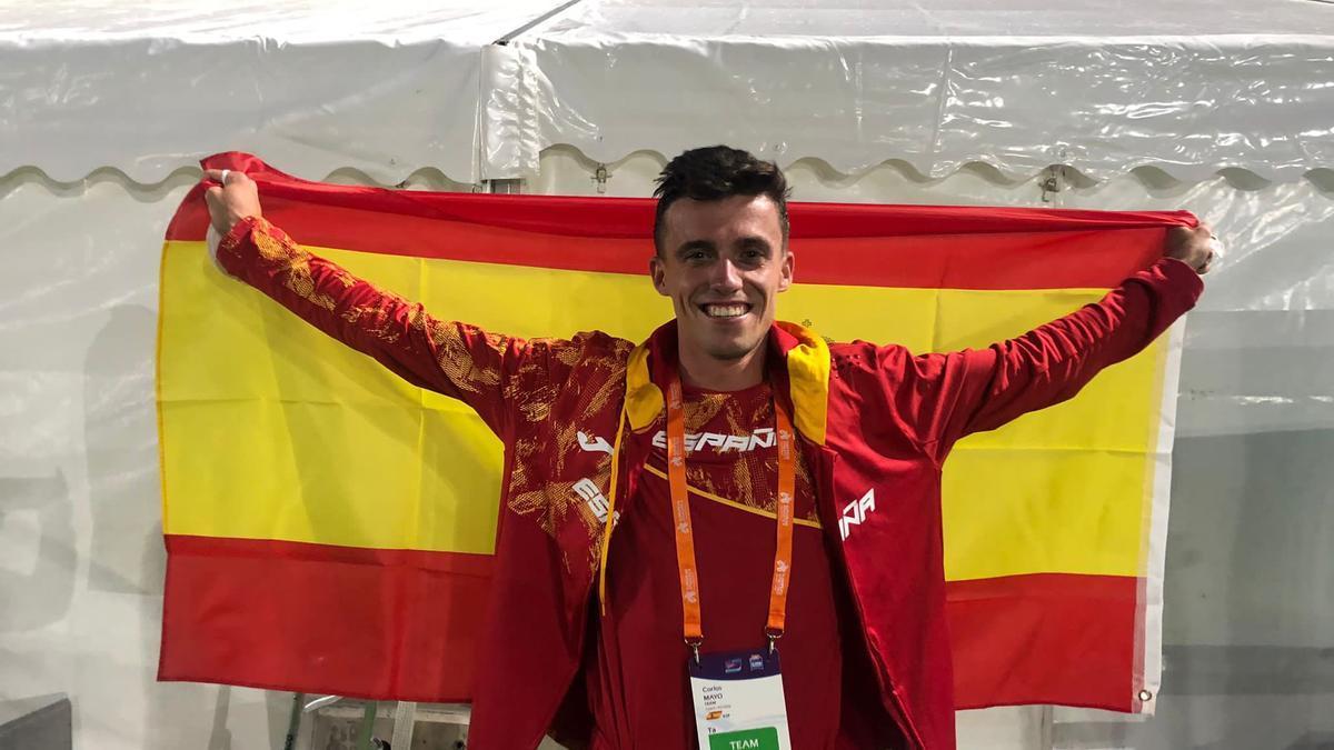 Carlos Mayo posa con la bandera española tras conseguir en Birmingham la mínima para ir a los Juegos Olímpicos de Tokio.