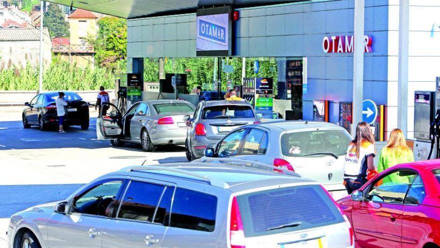 Aluvión de coches lusos a repostar a gasolineras de Tui por el disparado precio del combustible en Portugal