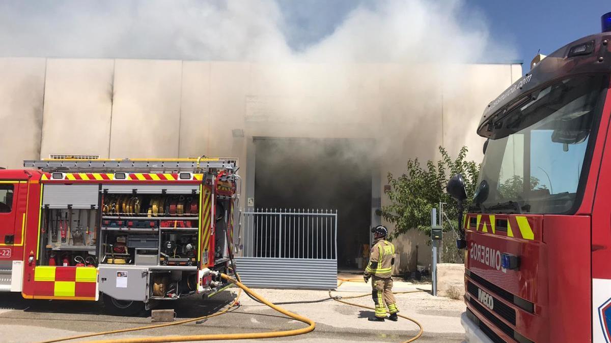 Bomberos trabajan en el lugar del incendio, ayer por la tarde en Cehegín.