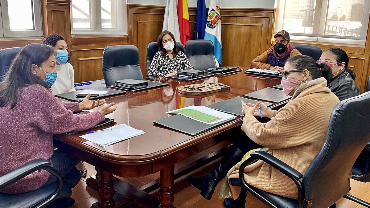 La alcaldesa, María Ramallo, con representantes de Hoempo.     // FDV