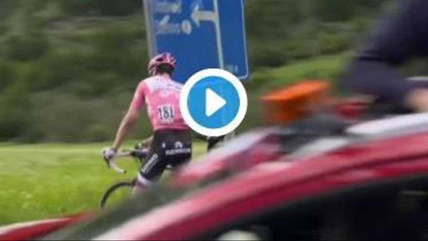 VÍDEO: una indisposició obliga al líder del Giro a aturar-se i fer les seves necessitats