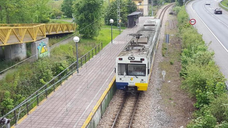 Los viajeros de la línea Gijón-Laviana exigen seguridad e interventores en los trenes
