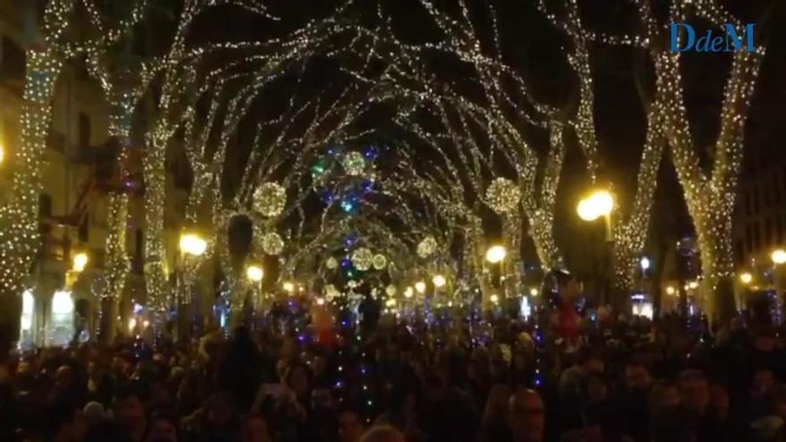 Miles de personas aplauden el encendido de las luces de Navidad en el Born