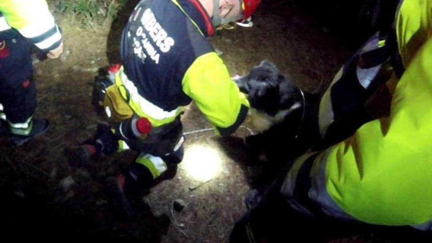 Los bomberos rescatan a una pareja de extranjeros atrapados en una cueva de Ibiza