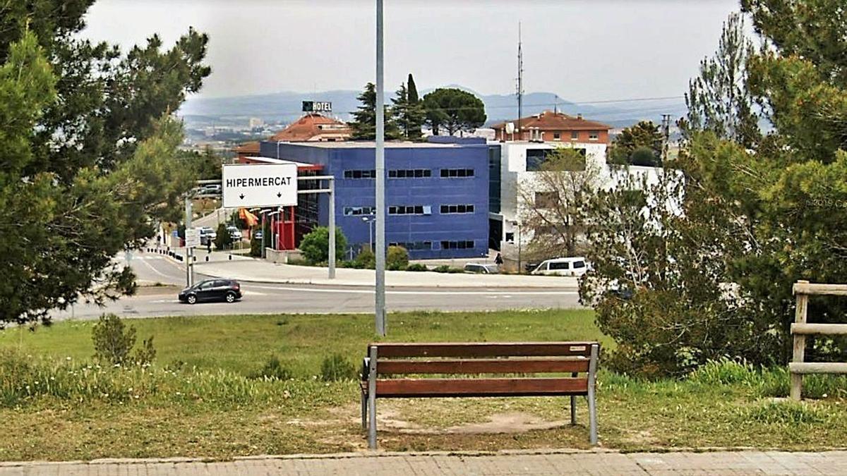 El banc que han traslladat. L'edifici de color blau és la comissaria dels Mossos  | ARXIU PARTICULAR