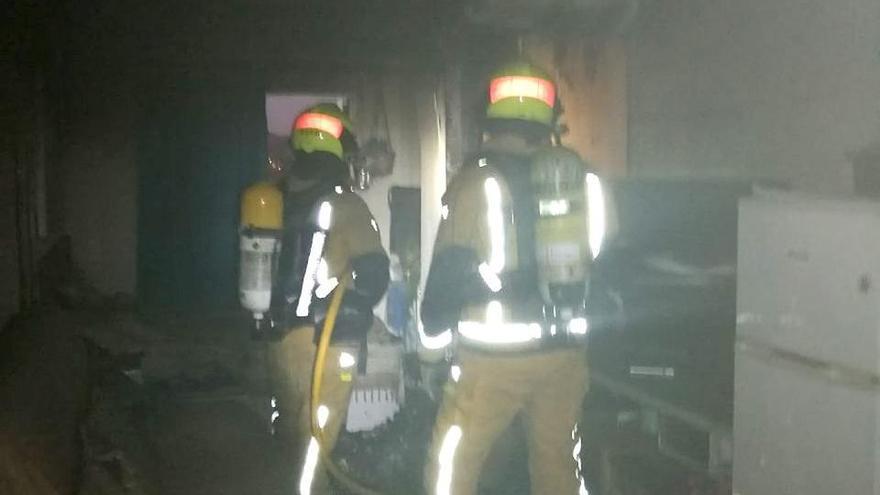 Evacúan un edificio en Elche tras un incendio en una vivienda