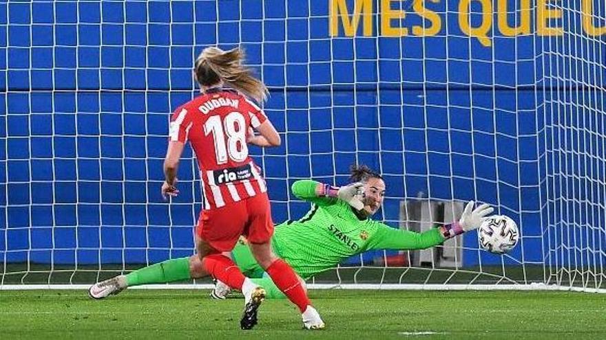Coll para una pena máxima a la jugadora del Atlético Duggan.