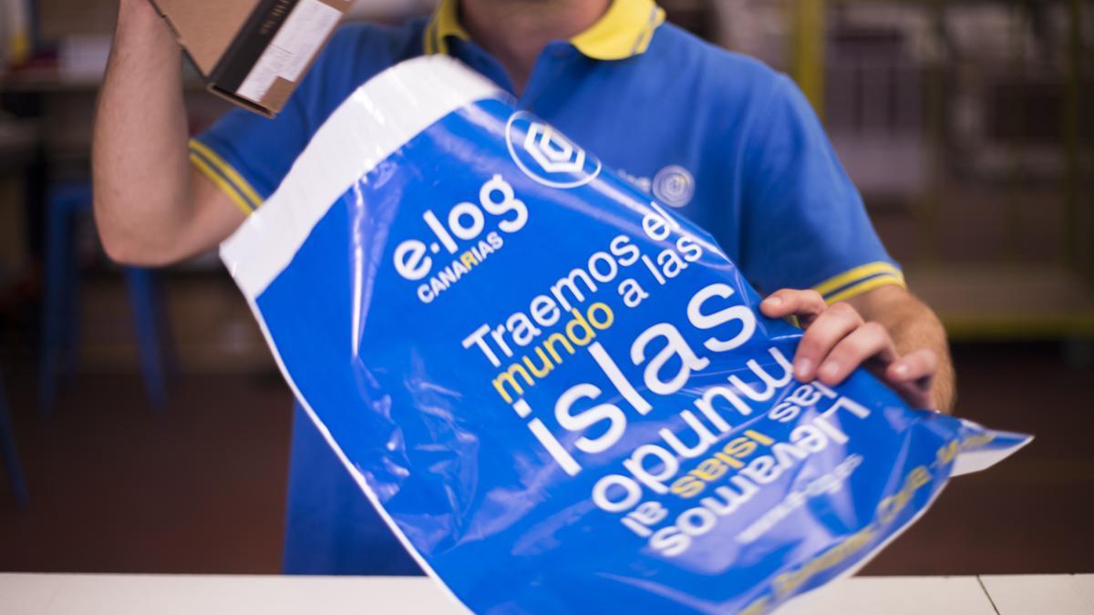 Un trabajador de E-log empaquetando uno de los envíos