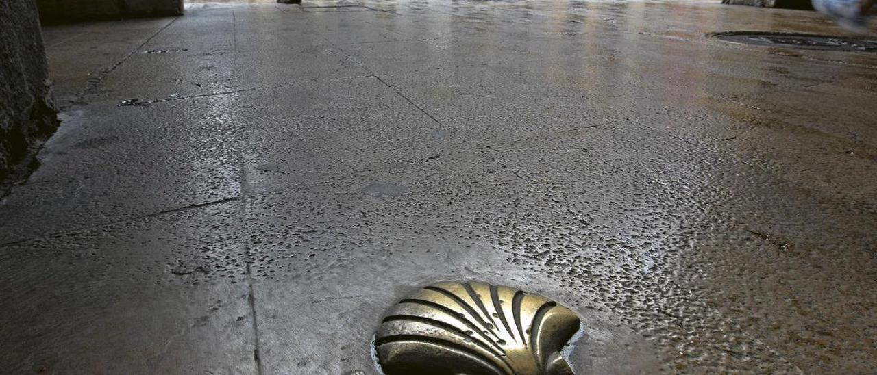 Una concha que marca el itinerario del Camino de Santiago, en la plaza del Ayuntamiento de Oviedo.