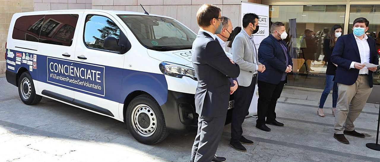 Acto de presentación ayer de la nueva furgoneta para el reparto de alimentos.