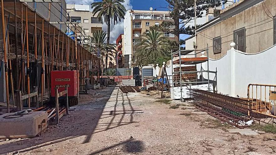 La obra de un edificio cierra desde marzo una calle que da acceso a la playa de Los Locos