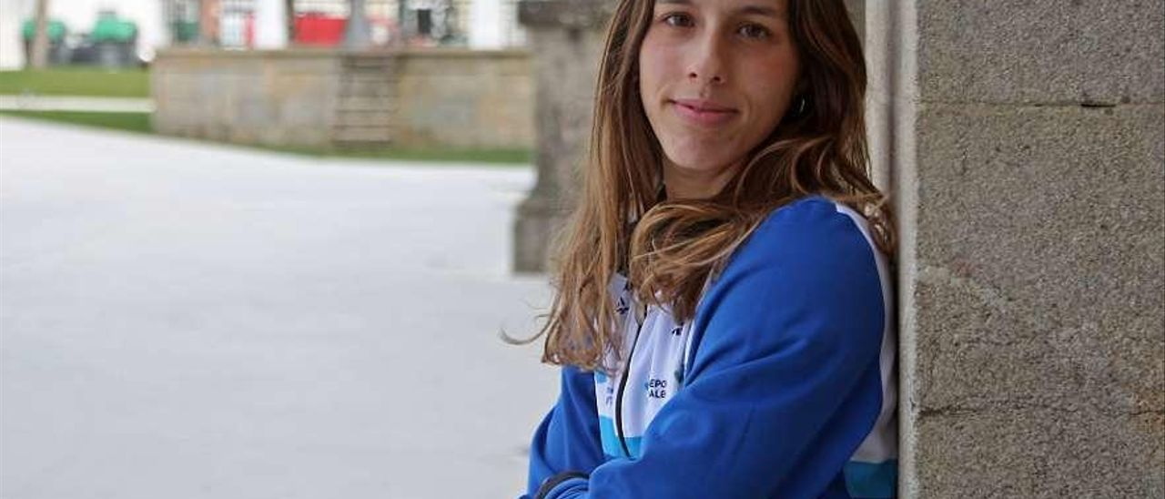 Claudia Torres, ayer, en la plaza del Concello de A Estrada. // Bernabé/J.C. Asorey