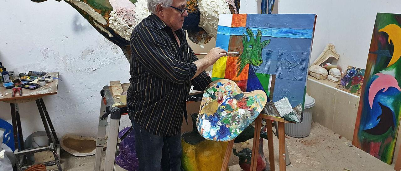 El artista venezolano Rafael Domínguez Bolívar, en el taller de Onda trabajando en unos de sus cuadros sobre cabras majoreras.     LP/DLP