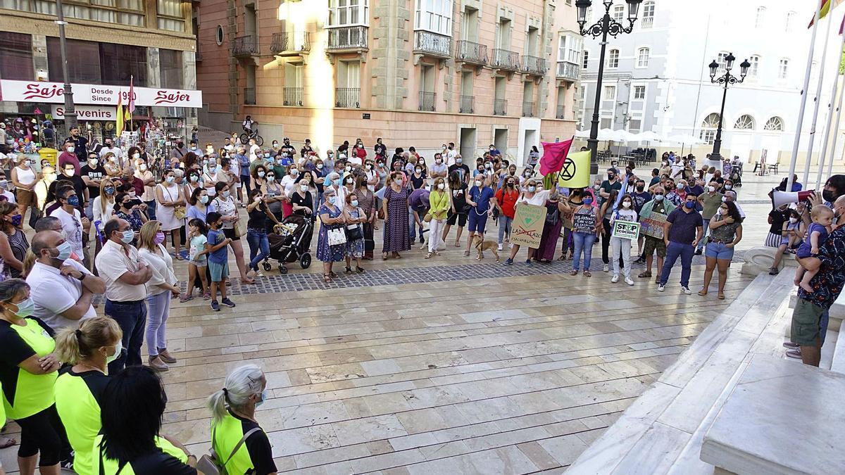 Vecinos y asociaciones ecologistas se concentraban en la tarde de ayer frente al Ayuntamiento de Cartagena.