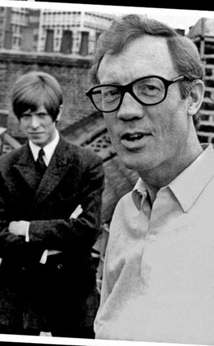 Ken Pitt con David Bowie al fondo