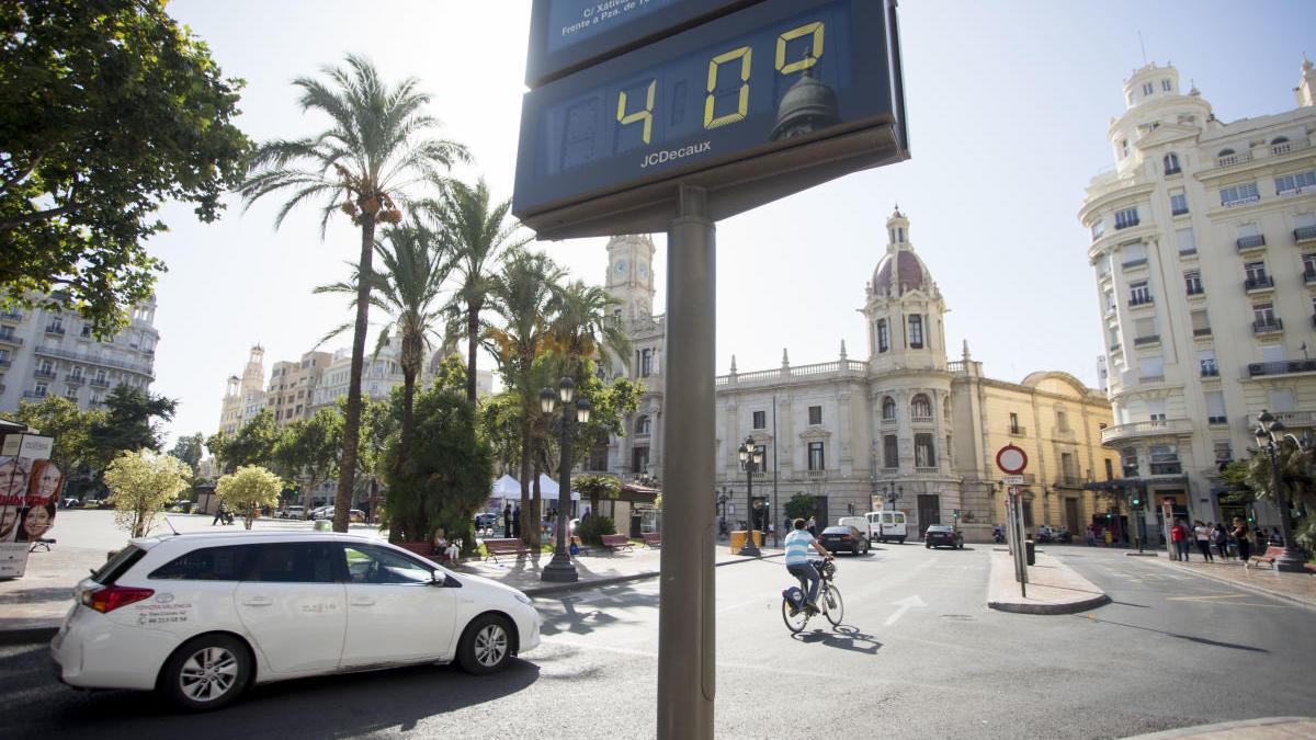 Un termómetro marca 40 grados en Valencia.