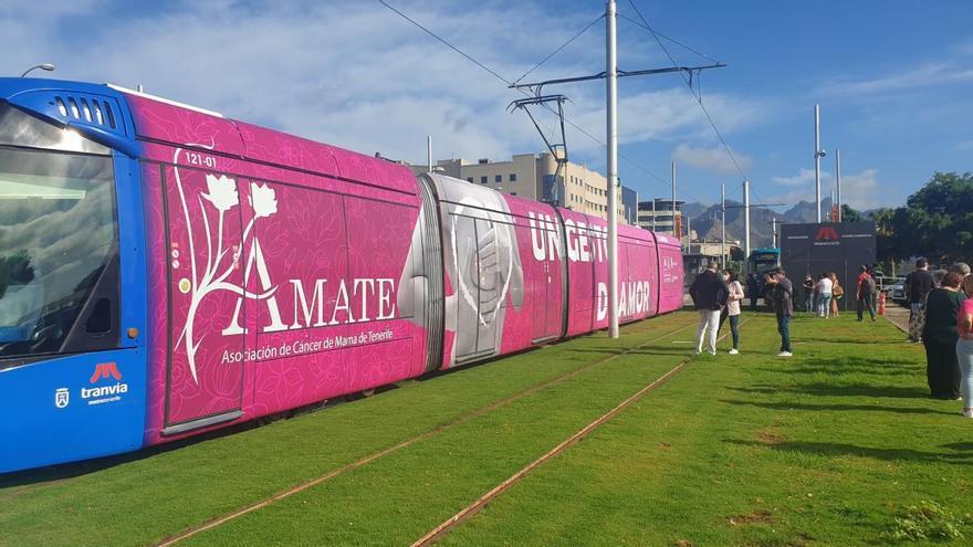 El tranvía de Tenerife se 'tiñe' de rosa en apoyo a las personas con cáncer de mama