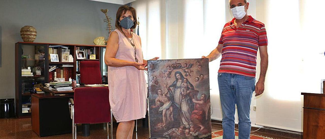 Amador Griñó entrega el cuadro de la Mare de Déu de la Llum de origen mexicano a Carmen García.