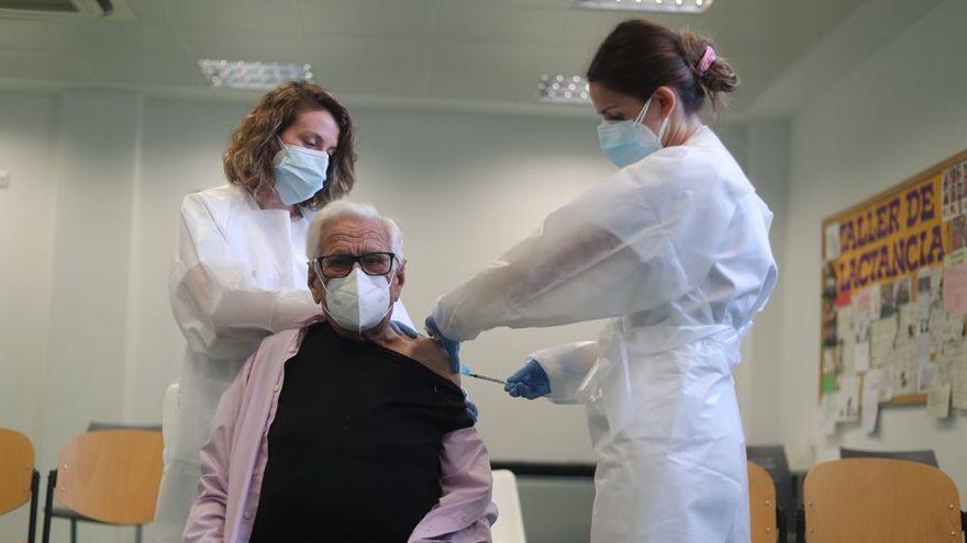 Empieza la vacunación de mayores dependientes en los centros de día de Valencia