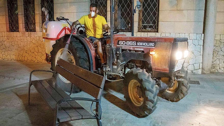 Wenn der Bürgermeister zum Desinfizieren selbst auf den Traktor steigt