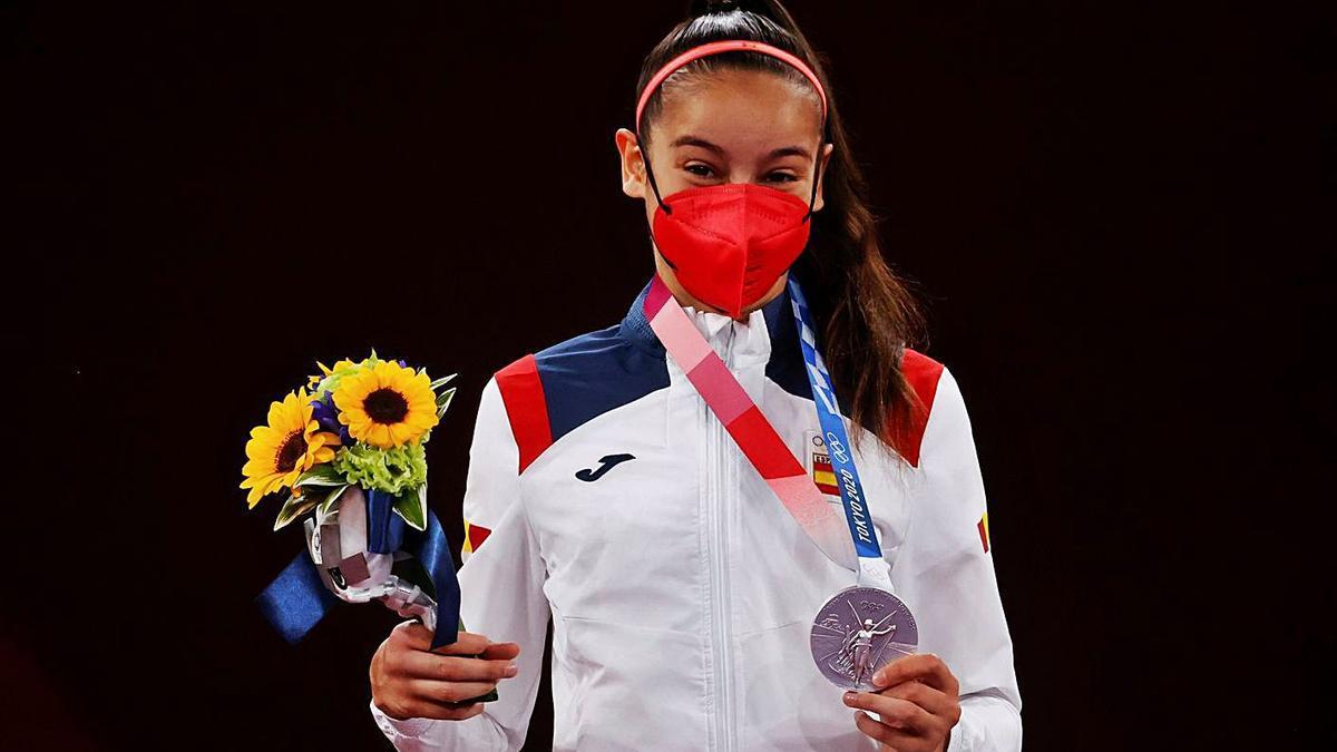 Cerezo amb la primera medalla de la delegació estatal als Jocs de Tòquio. | EFE/MIGUEL GUTIÉRREZ