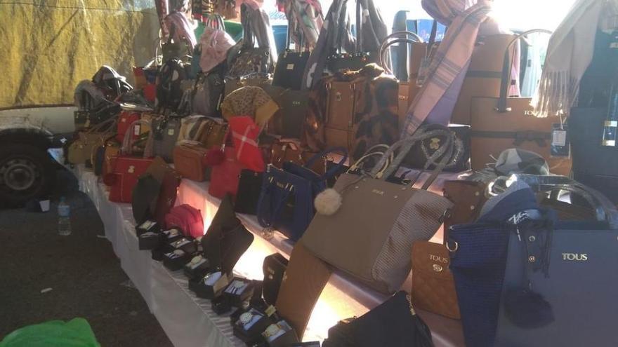 Decomisados 63 productos de imitación en el mercadillo de Cabo de Palos