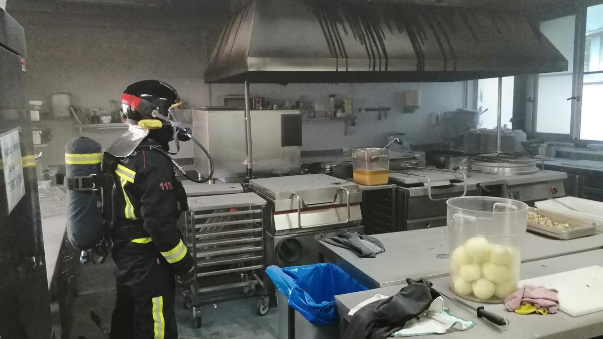 Los bomberos, en el restaurante afectado.