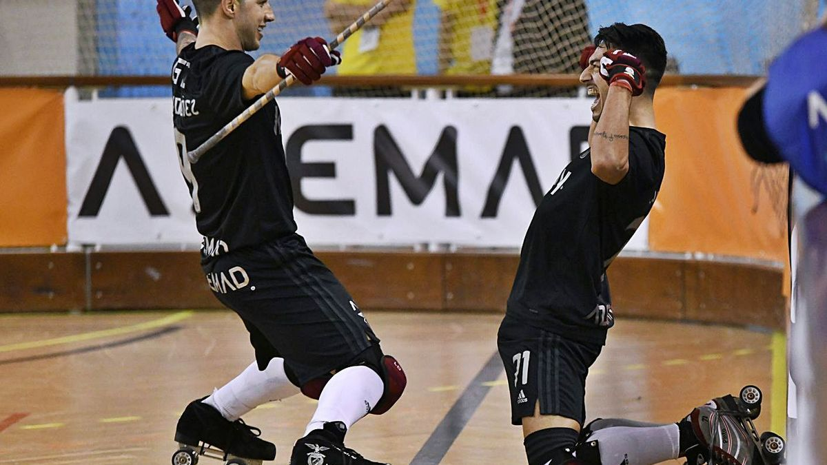 Lucas Ordóñez y Gonçalo Pinto, del Benfica, celebran un gol contra el Barcelona. |  // EHCA