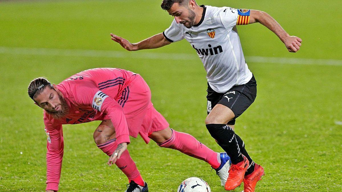 Gayà supera a un Sergio Ramos que intenta frenar el avance del lateral del Valencia, ayer, en Mestalla.