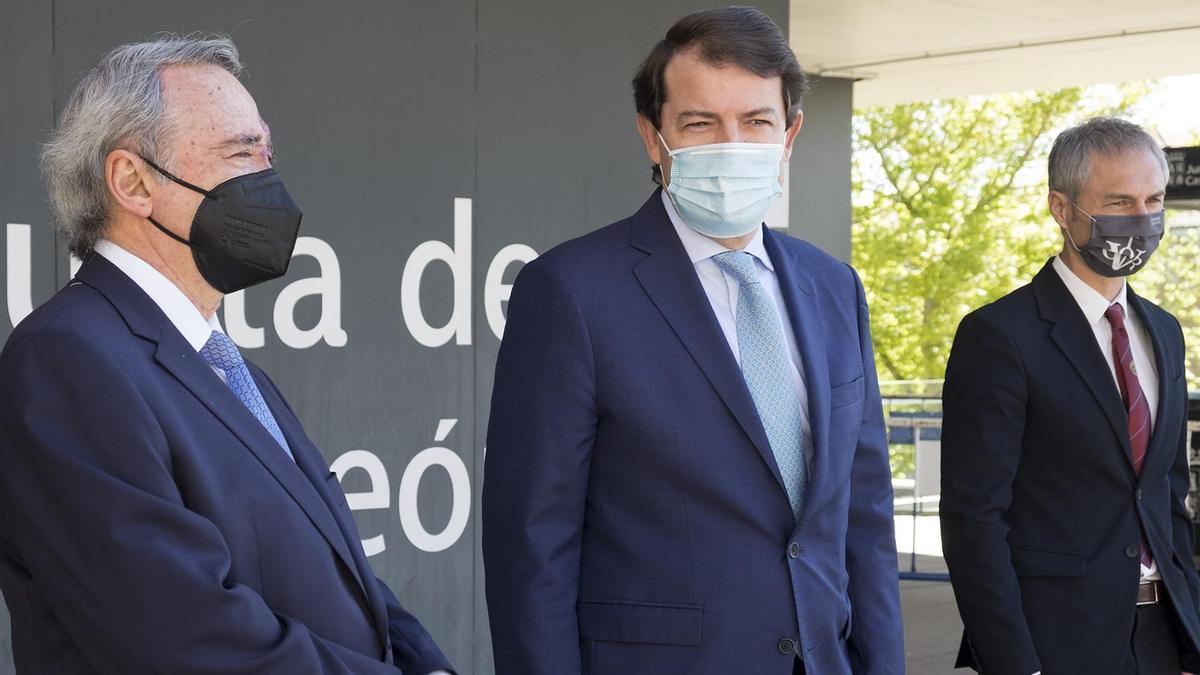 El presidente de la Junta de Castilla y León, Alfonso Fernández Mañueco, junto al bioquímico Mariano Barbacid, en Salamanca.